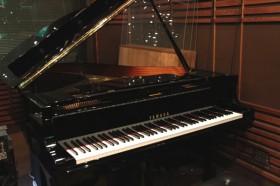 AスタジオのグランドピアノYAMAHA C-3